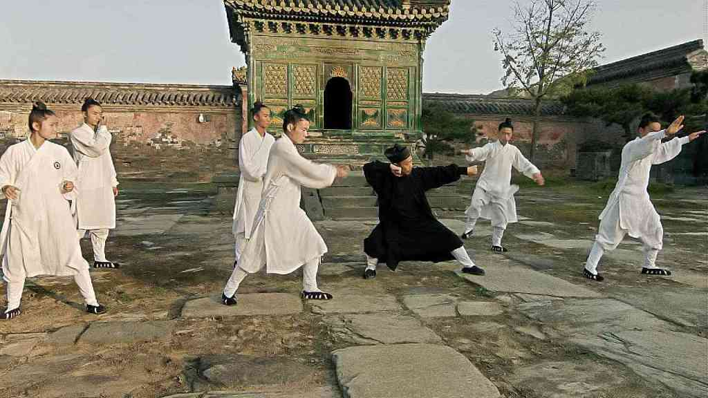 Grandmaster Zhong Yun Long teaching students