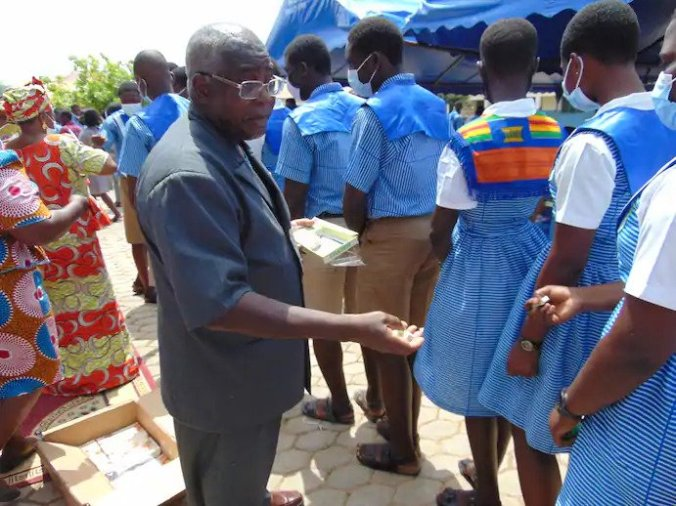He is a Waiter in the US and helps support thousands of students in Ghana,  This is the story of 71 years Old Samuel Quarcoo | Wundef.com