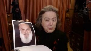Jeff McBride zeigt ein Foto von Eugene Burger in die Kamera (Screenshot aus dem Video)