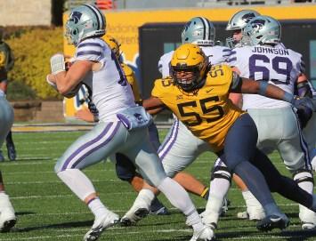 Dante Stills chases Kansas State quarterback Will Howard.