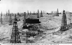Well derricks crowd the Kern River oil field in Bakersfield in 1912. Photo: Chevron, SFC