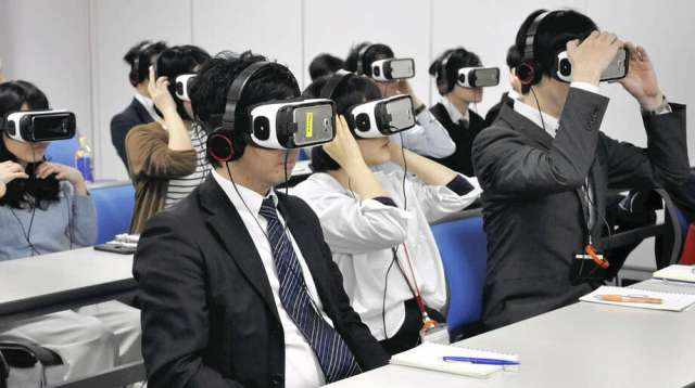 Participants wearing virtual reality headsets experience the symptoms of people with dementia in Tokyo. ( Photo: The Yomiuri Shimbun) / The Yomiuri Shimbun