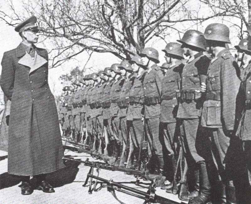 General Wasslow inspects troops of the ROA.