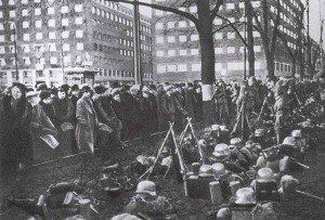 Inhabitants of Oslo watching German troops