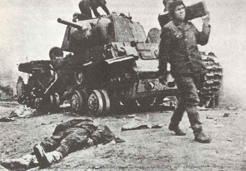 survivors of a destroyed Russian KV-1A tank rescues the ammunition