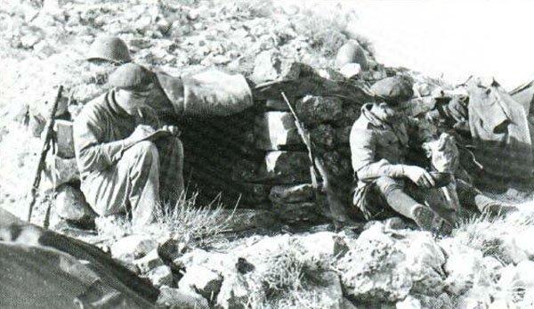 Italian troops in 1943 in Tunisia, with Beretta sub-machine guns