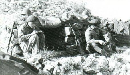 Italian troops in 1943 in Tunisia, with Beretta sub-machine guns