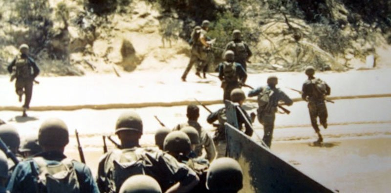 US soldiers storm from their landing craft