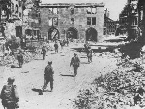 798px-3._US_Inf.-Div._in_Nürnberg,_20.04.1945
