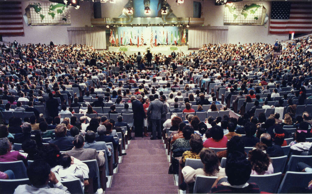 8,000 – Members of Lakewood the year Osteen took the helm of Lakewood. Photo: Manuel M. Chavez, Houston Chronicle / Houston Post files