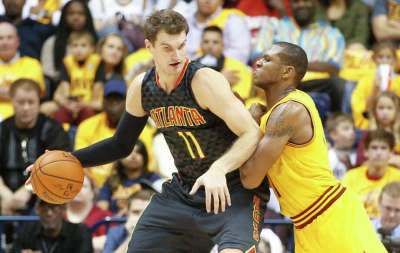 Atlanta Hawks forward Tiago Splitter (11) is defended by Cleveland Cavaliers guard James Jones, right, in the first half of an NBA preseason basketball game, Wednesday, Oct. 7, 2015, in Cincinnati. The Hawks won 98-96. Photo: John Minchillo /Associated Press / AP