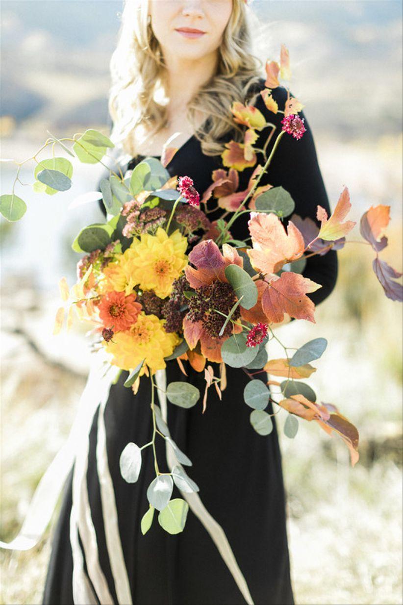 деревенский осенний букет с желтыми и оранжевыми цветами и свободной зеленью