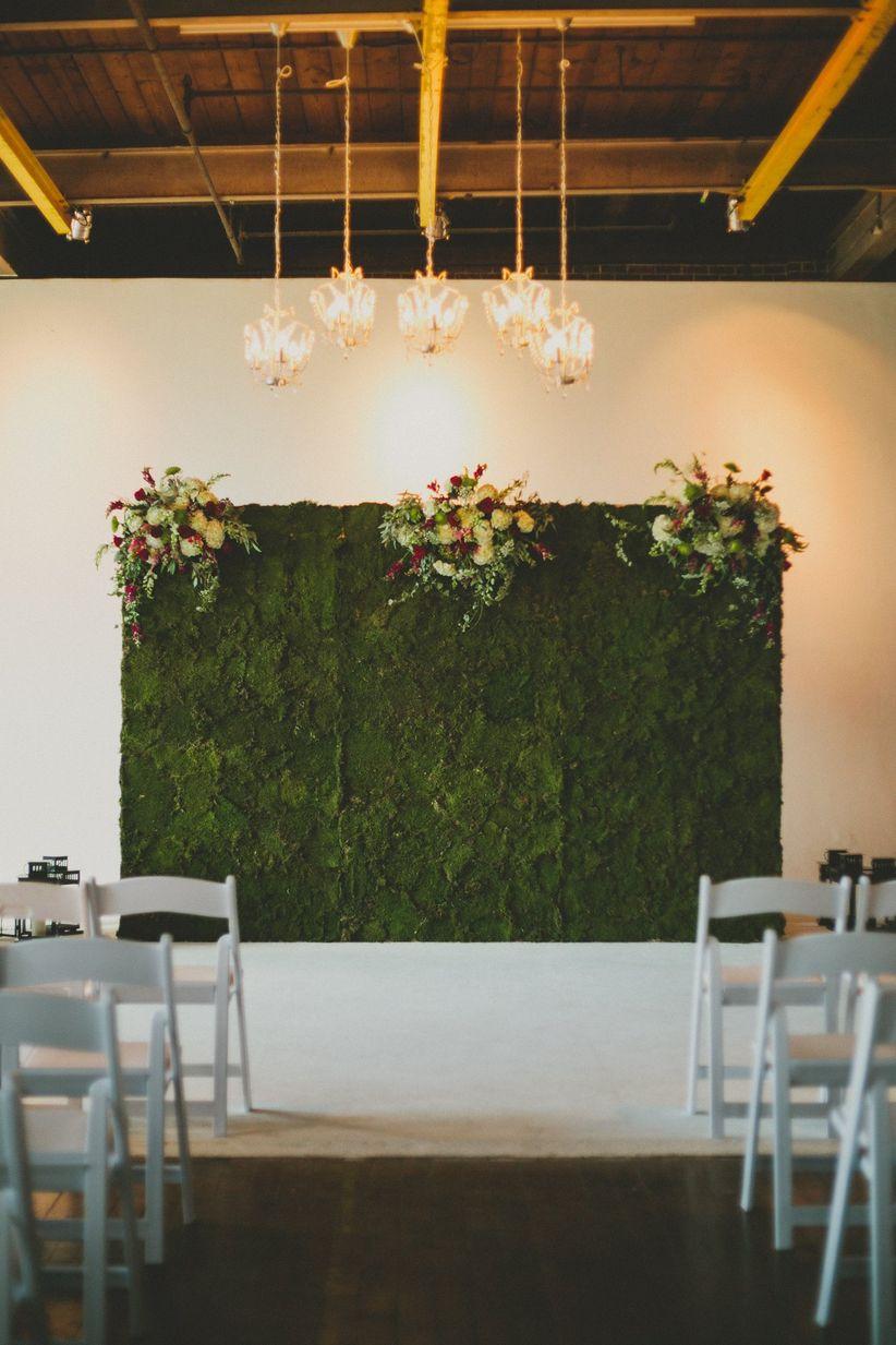 романтическая крытая церемония алтарь украшение идея с мхом фон и цветы