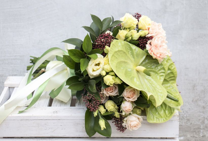 зеленый антуриум букет с румянами спрей розами и лентами