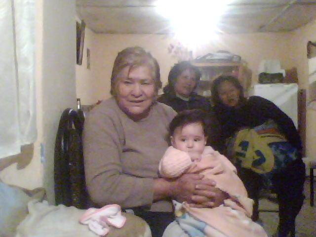 Brianna Nayaraq con su bisabuela