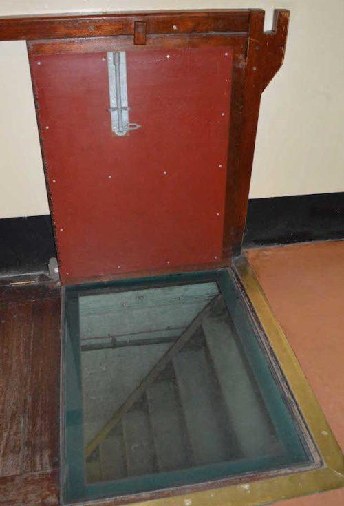 Тайный люк входа в подземелье из здания казначейства.