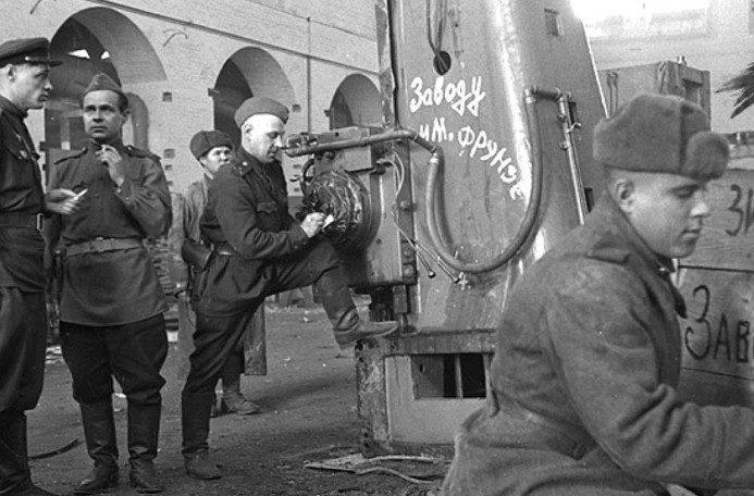 Демонтаж немецкого оборудования для вывоза в СССР.