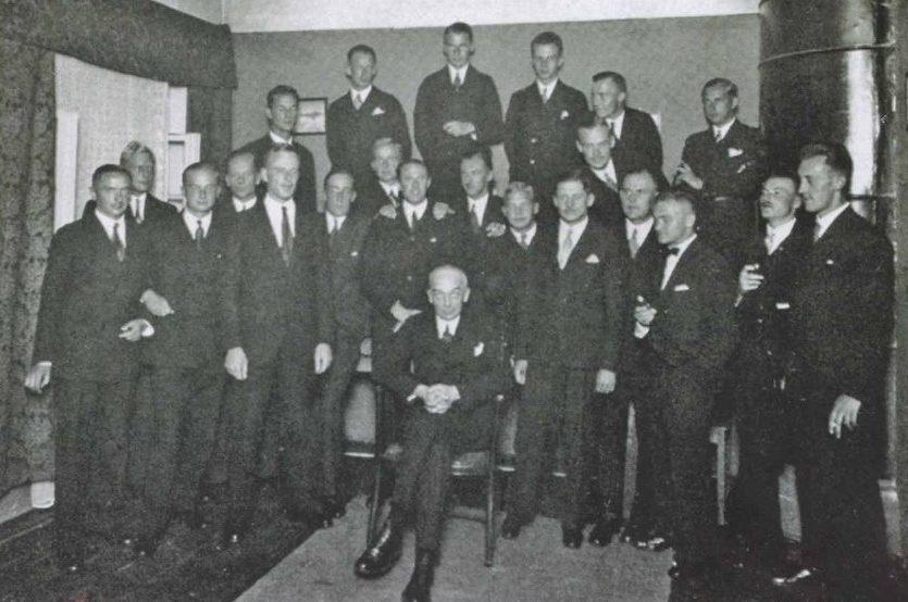 Начальник школы Вальтер Штар (сидит) с немецким персоналом.