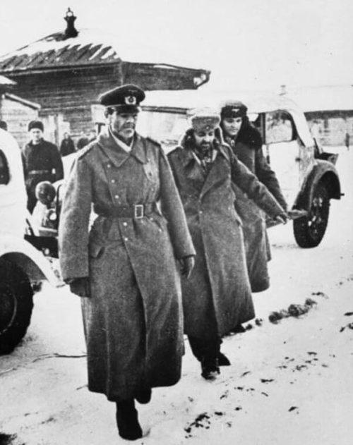 Немецкий фельдмаршал Фридрих Паулюс, страдающий кровавым поносом, генерал-майор Артур Шмидт и адъютант Паулюса полковник Вильгельм Адам после капитуляции. 31 января 1943 года.