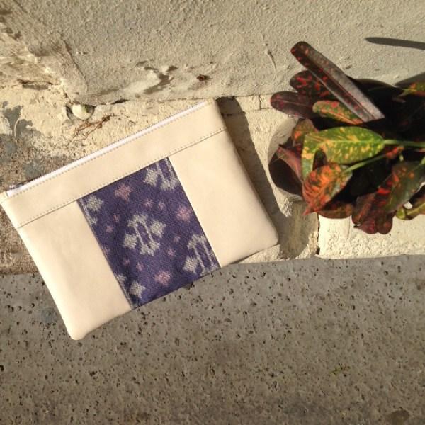 Le sac printanier et frais qui fait pochette, 100% vegan en Blanc Crème et Bleu Fleuri, fabriqué en France pour l'empowerment des femmes.
