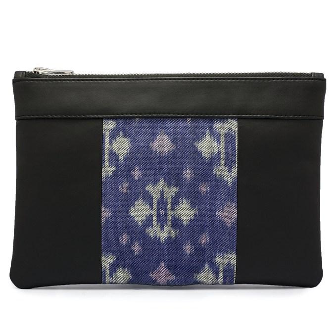 Le sac qui fait pochette, 100% vegan en Noir et Bleu Fleuri, fabriqué en France pour l'empowerment des femmes.