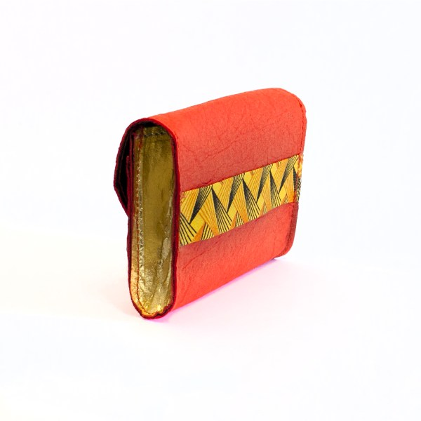 View of the gussets of the chic vegan Phulan wallet in Piñatex Paprika & Gold