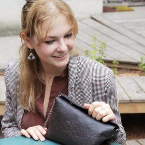 Elizaveta porte les boucles d'oreilles Triangles en Piñatex Argenté et Noir