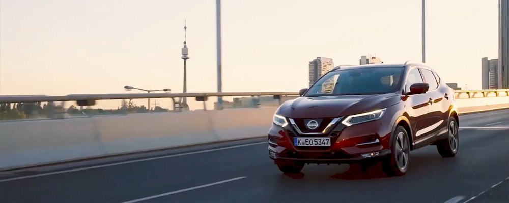 medium resolution of aper u du nissan qashqai roulant en ville