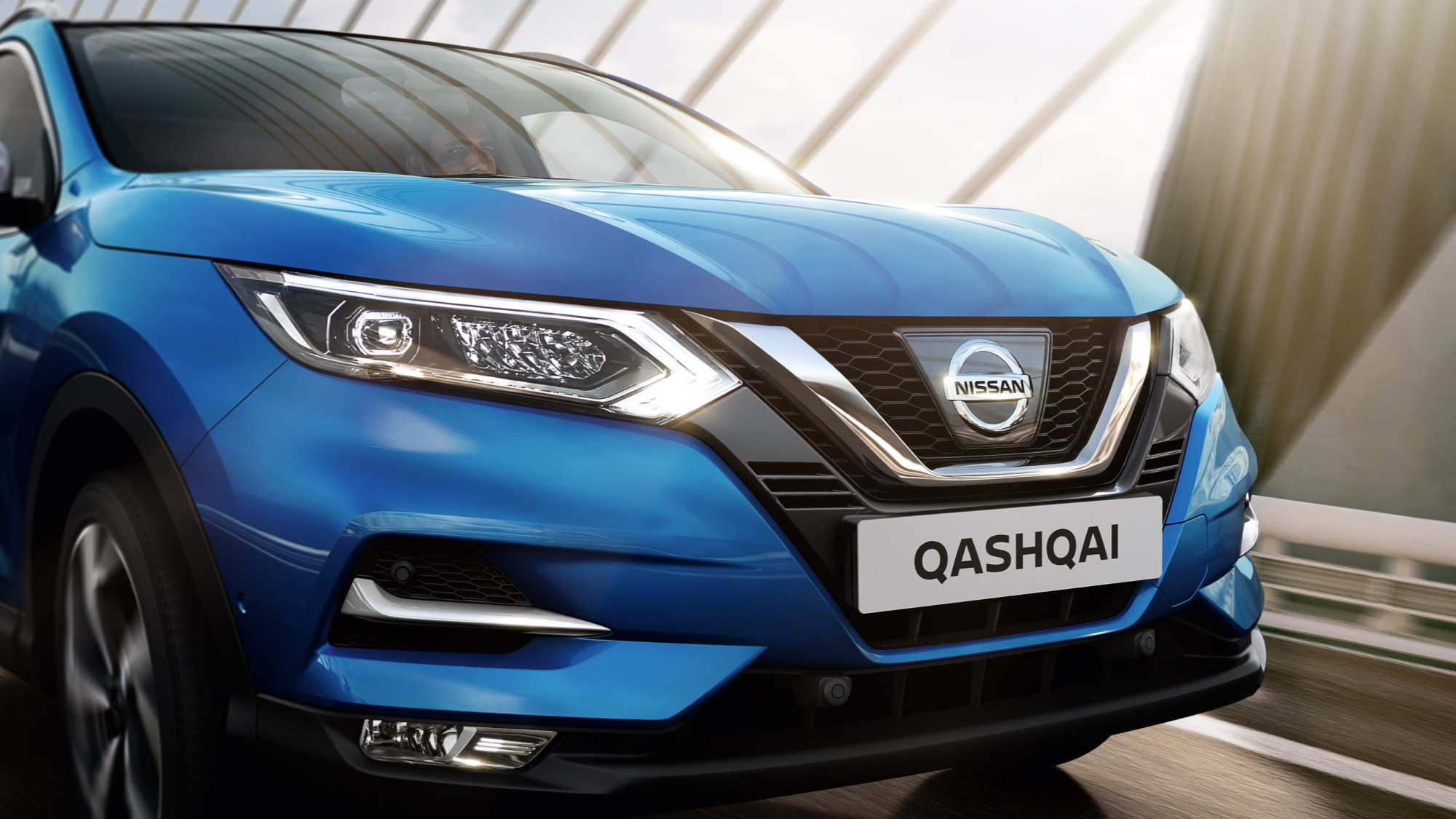 hight resolution of nissan qashqai roulant sur un pont vue de face