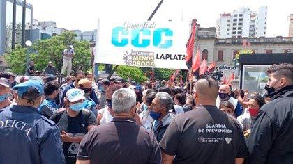 La Juventud CCC intentando ingresar al Palacio Municipal de La Plata (Gentileza: EL DIA)
