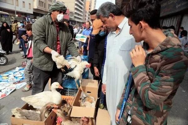 Un hombre en Iraq lleva un barbijo en un mercado en Baghdad (REUTERS/Thaier Al-Sudani)