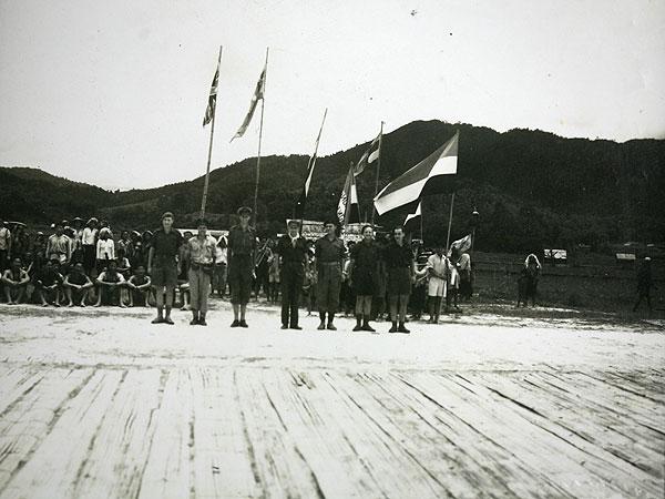 El mayor británico Tom Harrison y algunos de sus comandos australianos en la pista de aterrizaje de bambú en junio de 1945.