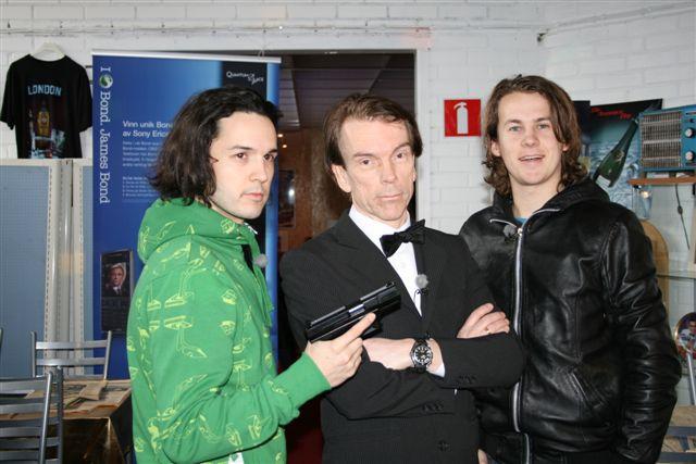 Bård och Vegard Ylvisåker med James Bond och Omega Seamaster från Casino Royale