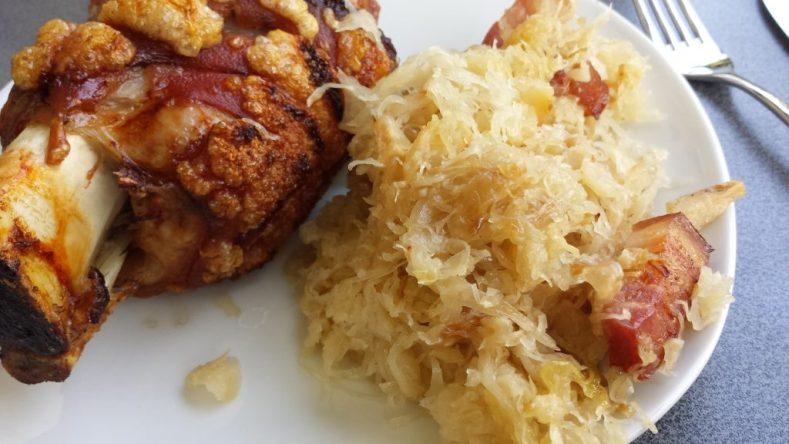 fertige Haxe mit Sauerkraut - saulecker!