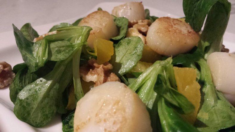 Feldsalat mit Jakobsmuscheln und Orangenfilets