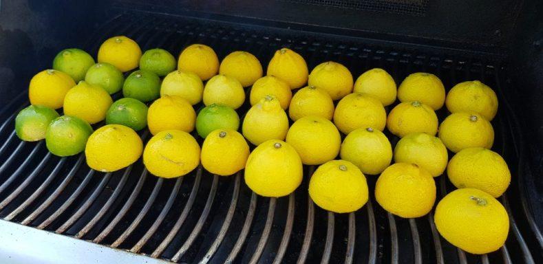 Angrillen der Zitronen und Limetten