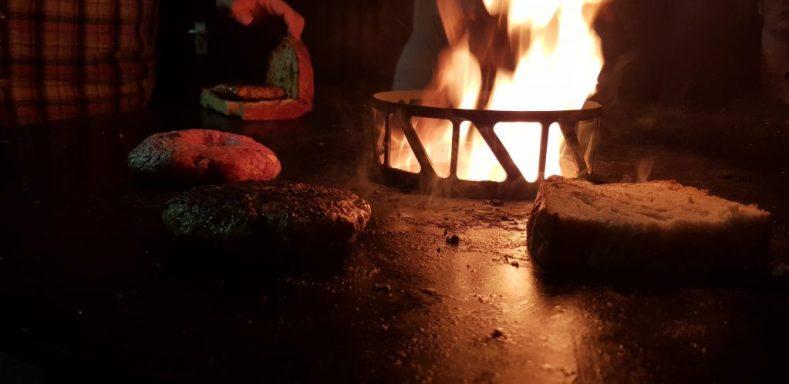 Ausklang am Feuer mit Burger und Bier