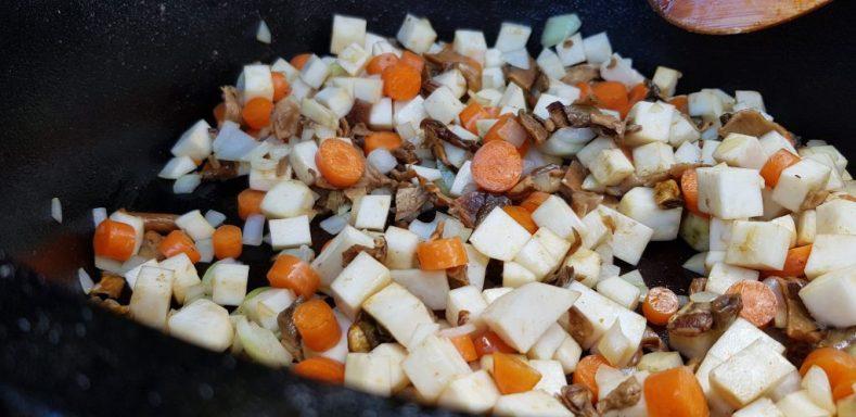 Gemüse und Pilze anbraten