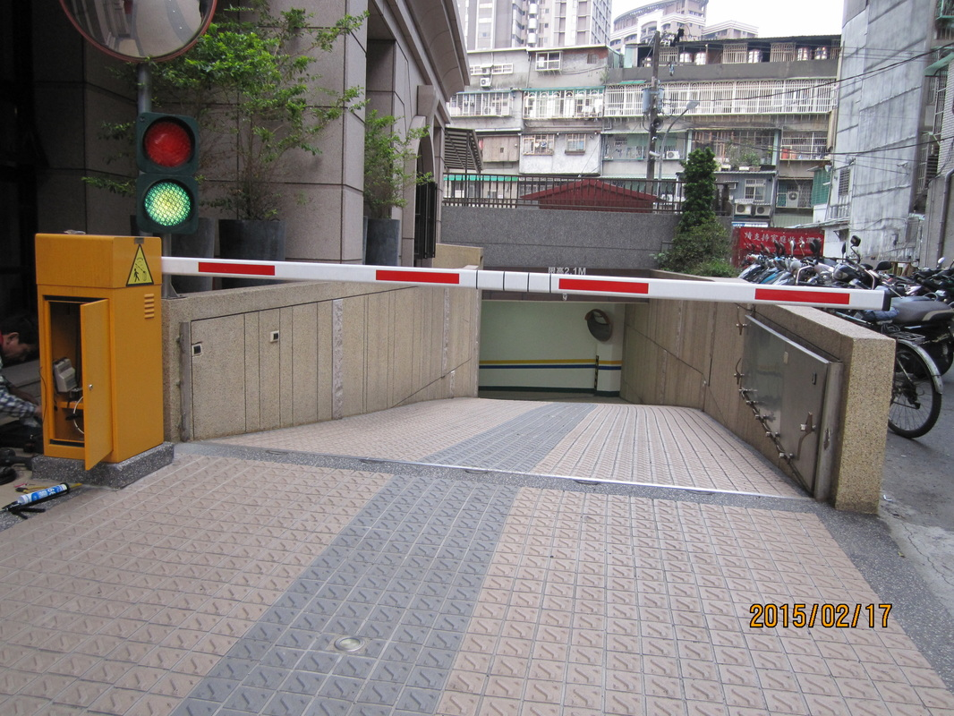 車道控制系統安裝,防壓夾,紅綠燈系統,自動關門...... - 【大臺北鐵捲門維修,伸縮門維修,遙控器,紅外線】