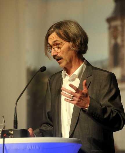 Dr. Thomas Baumann stellt den Bildband vor. Foto: W. Künstle
