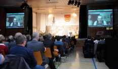 Die Besucher verfolgen das Gespräch mit Hans-Martin Dick auf der Leinwand per Skype. Foto: W. Künstle