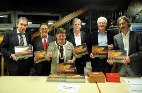 Bildbandstand (von links): Manfred Nierlin, Helmut Schäfer, Ria Bühler, Bernd Dinner, Werner Krenkel und Dr. Thomas Baumann Foto: W. Künstle