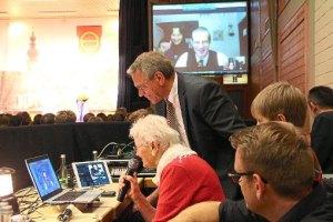 Per Internet-Schaltung gratulierte Hans-Martin Dick in Nepal (auf dem Bildschirm im Hintergrund). Am Mikrofon ist seine Mutter, daneben steht Moderator Josef Gruseck am Laptop. Foto: Lehmann