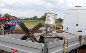 Allmannsweier Ausgrabung Kirchenglocke. Wurde aufgeladen und nach Stra§burg in die Werkstatt gebracht weil Risse drin sind