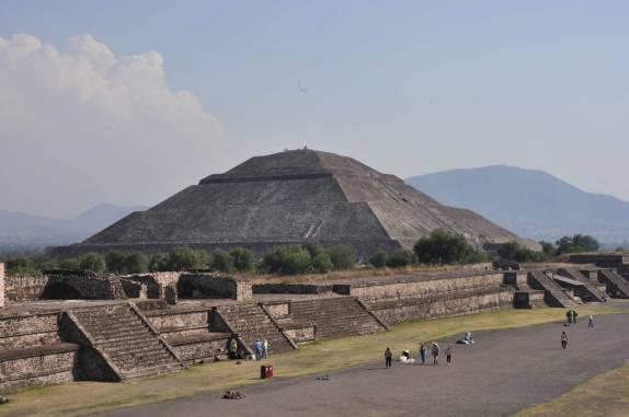 Pirâmide do Sol vista do alto da Pirâmide da Lua, em Teotihuacán, ao norte da Cidade do México
