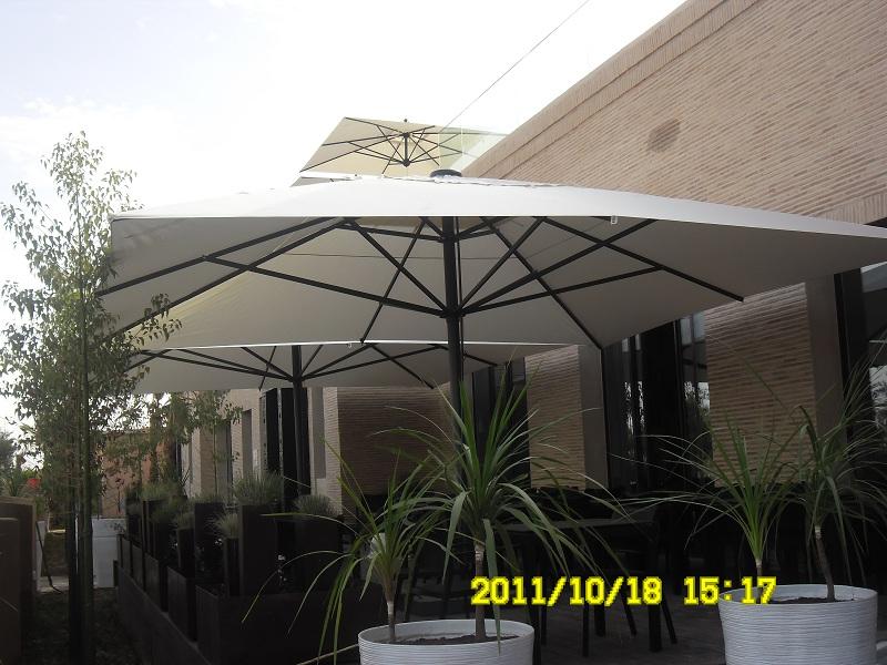 Grand parasol Capri pour terrasse et piscine en alu 5x5m 5x6m et 6x6m