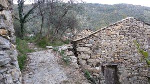 Anello di Pieve: abitazioni lungo il percorso