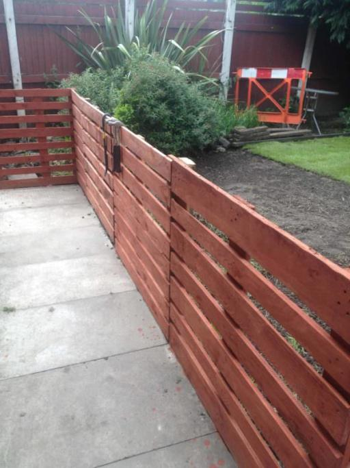Easy Pallet Fence Patio Surround