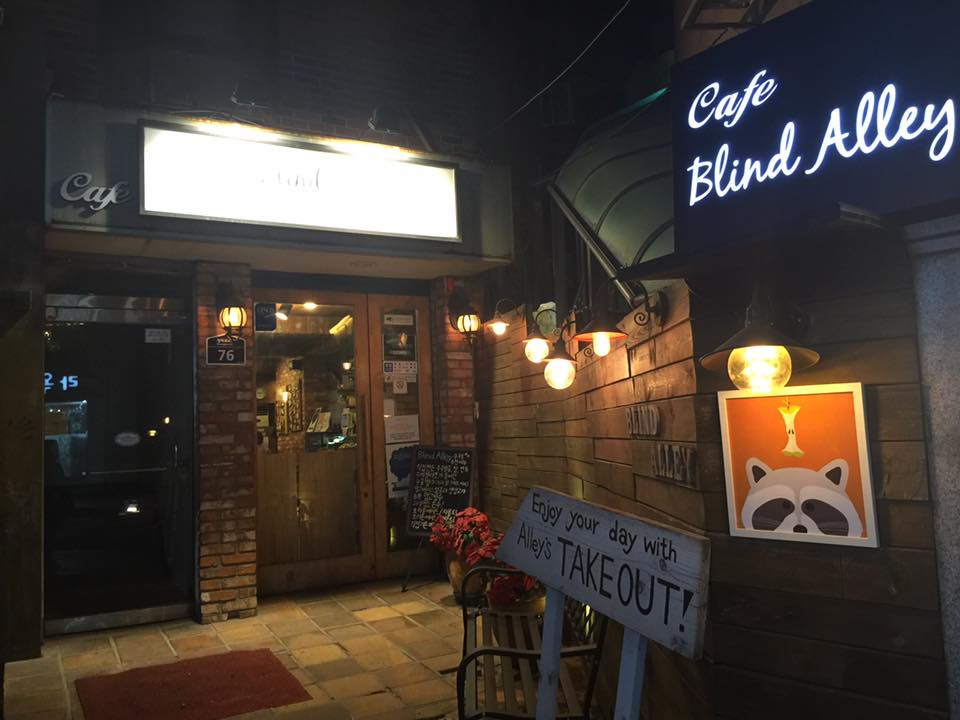 Themed Cafes in Seoul blind alley racoon cafe