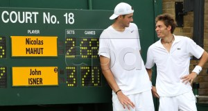 John Isner (L) of the USA poses with Nicolas Mahut (R) of France next to the scoring board after winning his first round match for the Wimbledon Championships at the All England Lawn Tennis Club, in London, Britain, 24 June 2010.  EPA/ALISTAIR GRANT / POOL  Reuters EDITORIAL USE ONLY/NO COMMERCIAL SALES